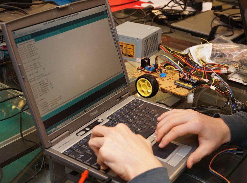 """Fizyczne Fascynacje: """"Podstawy elektroniki i programowania"""""""