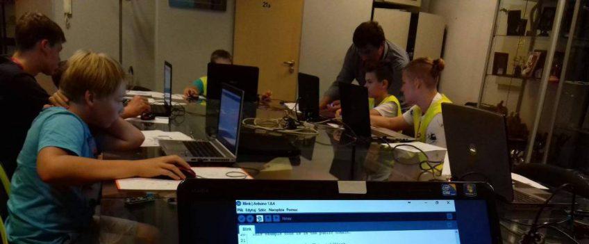 Zajęcia z podstaw elektroniki, podstaw programowania urządzeń, podstaw mechaniki oraz robotyki.